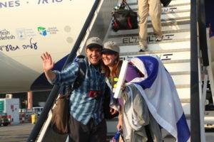 A happy couple makes aliyah as part of El Al Flight LY 3004 on July 22. Credit: Sasson Tiram.